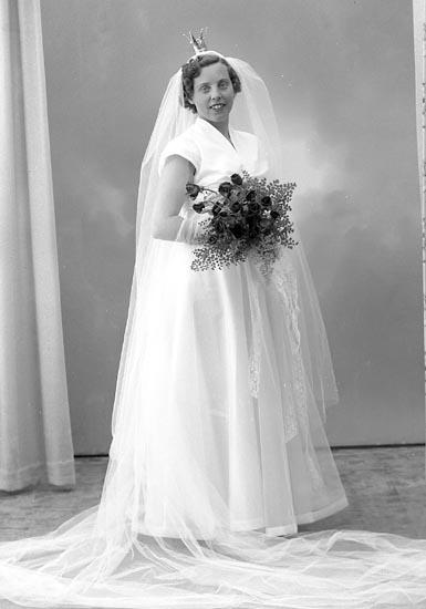 """Enligt fotografens journal nr 8 1951-1957: """"Karlsson, Bruden Stenungsund""""."""