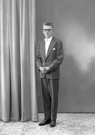 """Enligt fotografens journal nr 8 1951-1957: """"Johansson, Kenth Stenungsund""""."""