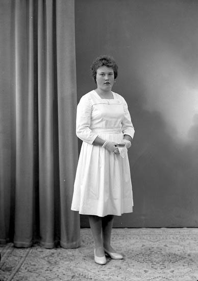 "Enligt fotografens journal nr 9 1958-: ""Axelsson. Solveig, Herrgusseröd, Ucklum""."
