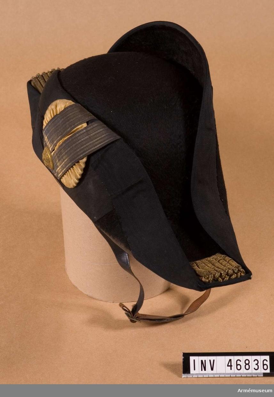 Grupp C I. Trekantig hatt för marinofficer. Modell lika med arméns m/1854-59.