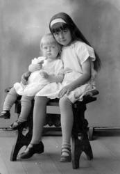 """Enligt fotografens journal nr 5 1923-1929: """"Enander, Gunvor"""