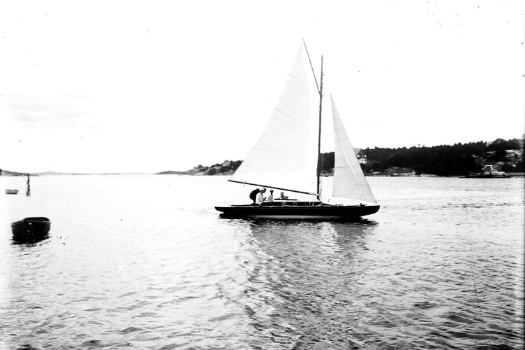 "Enligt fotografens notering: ""Norum Stenungsund.  Segelbåt ""Hejsan"" Parker""."