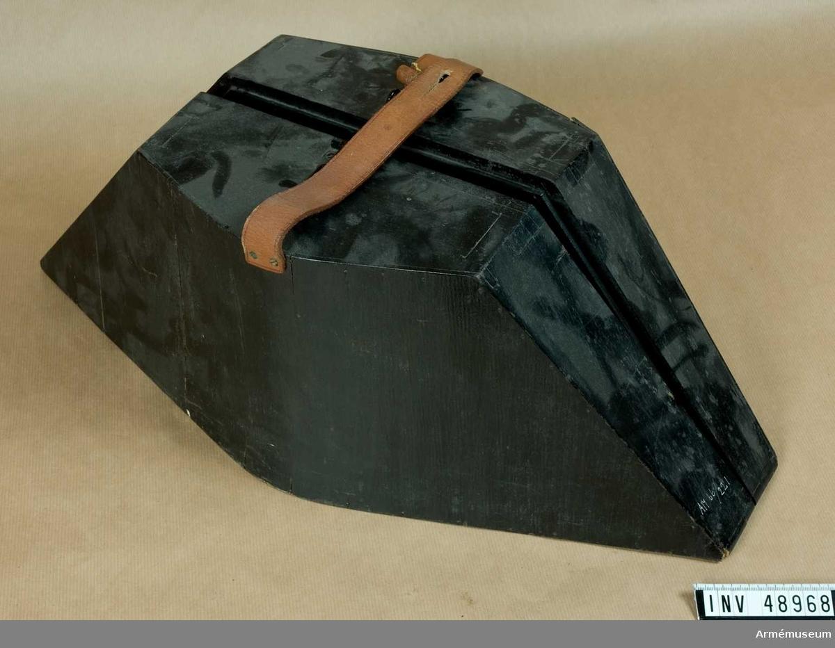 Grupp C I. Trekantig hatt m/1854-59 för officer vid Fortifikationen. Buren av major Carl Gustaf Thimgren.