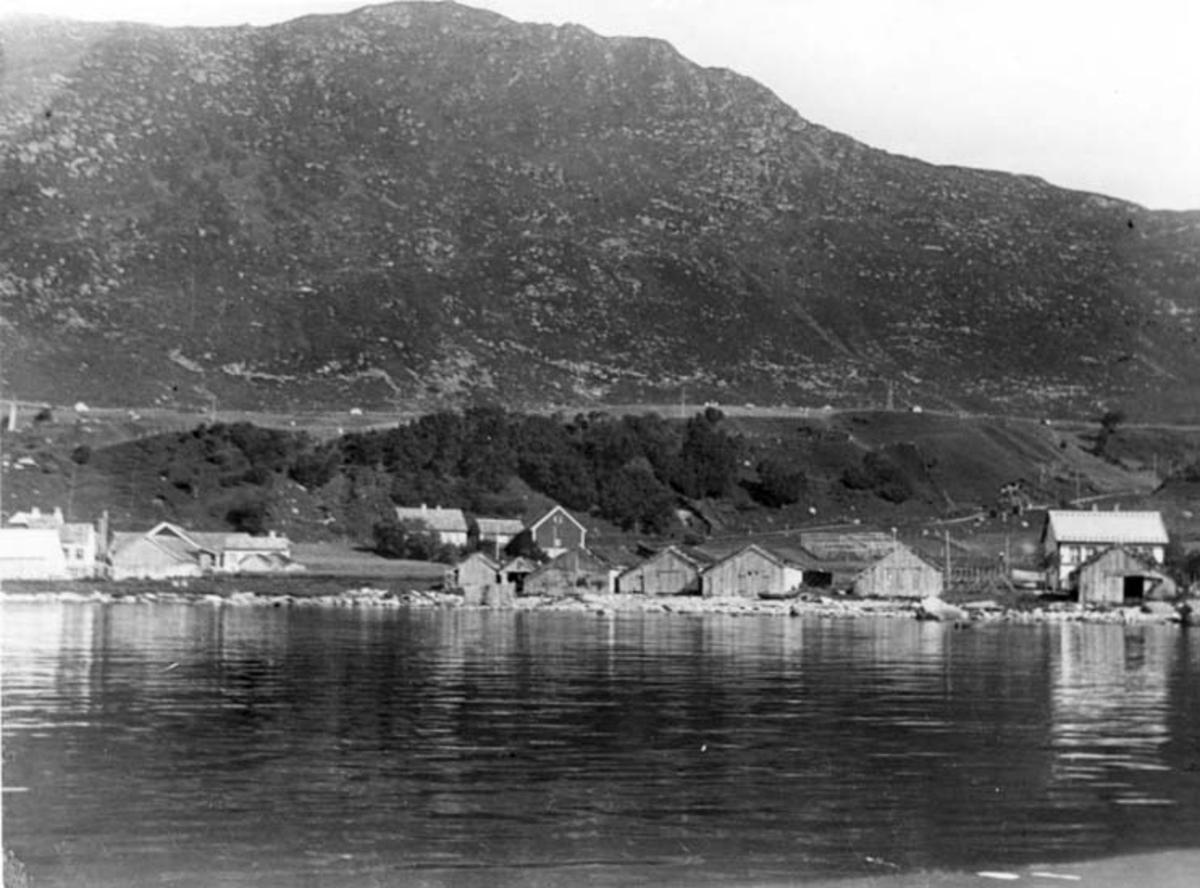 Skrivet på baksidan: Norge Möre Gadög Stranden med hus och nästen