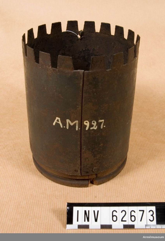 Grupp F II.  Tom. Avsedd för 120 st 2-lödiga skrot.  Svart dosa. 12-pundig karteschdosa med träspegel till 12-pundig slätborrad framladdningsgranatkanon m/1832.