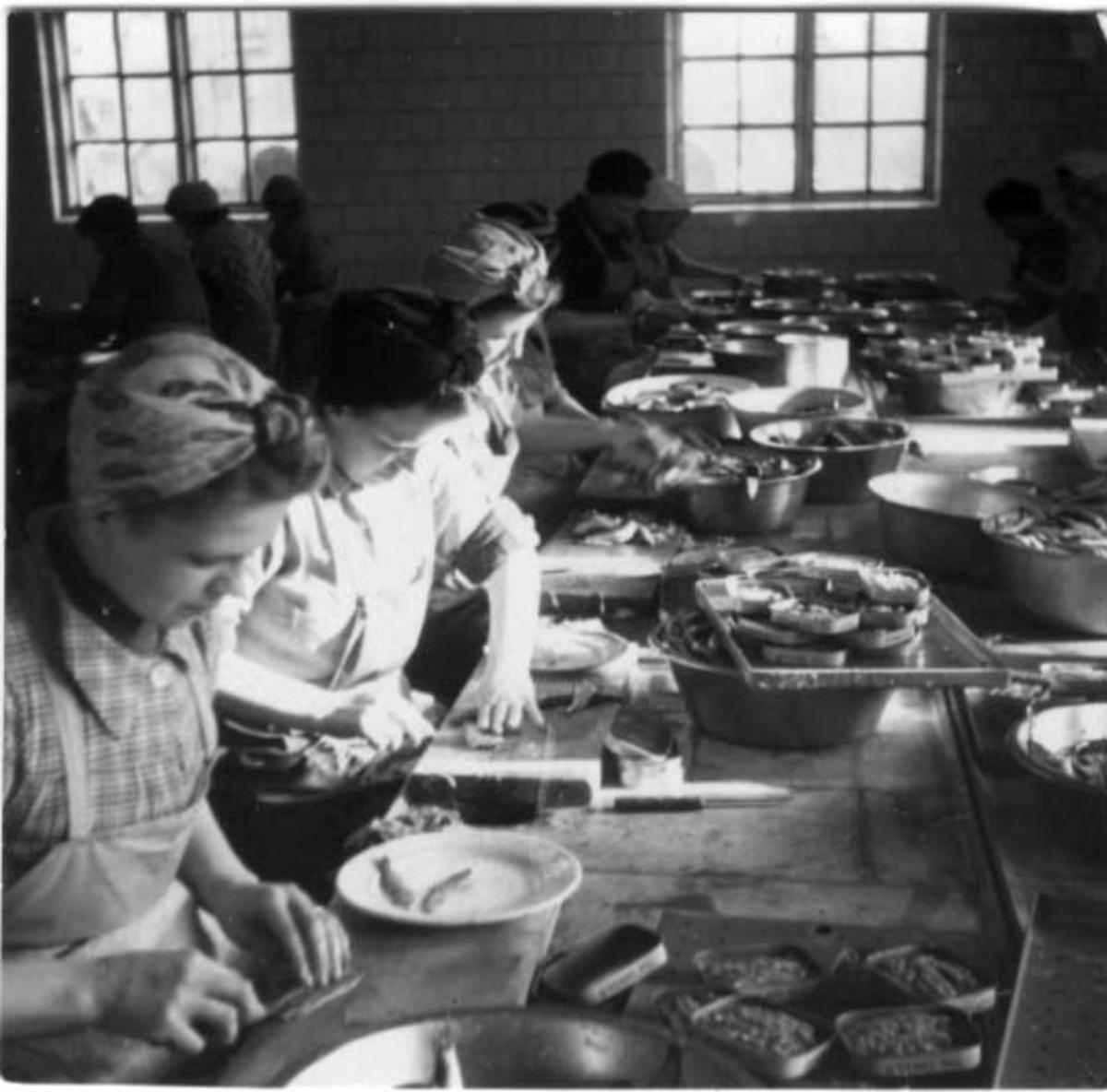 Skrivet på baksidan: Ansjovisinläggning Boviks 1945