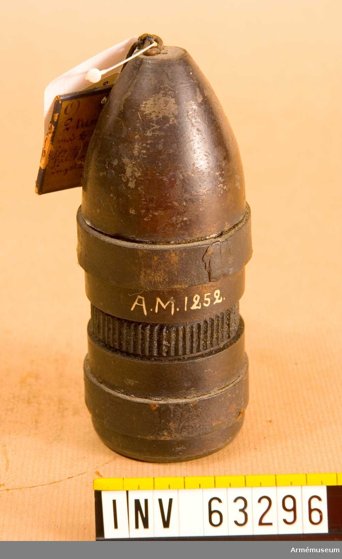 Grupp F II.  2 tums (6 cm) granat med två lädergördlar, avsedd för räfflad bakladdningsfältkanon av kommendörkapten Engströms konstruktion. Patent 1860.