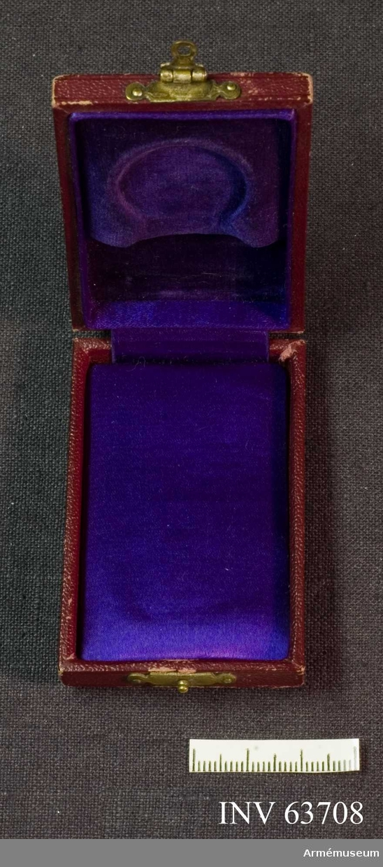 Grupp M II. Medaljask, vinrött etui av skinn? Invändigt klädd med lila sammte och i locket violett satin.