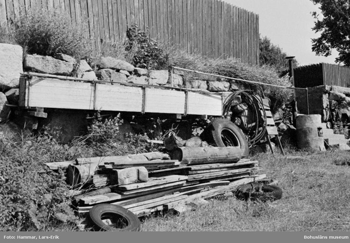 """Motivbeskrivning: """"F.d varv i Skredsvik, på bilden syns bastrumma till höger i bild vid trappan syns baspannan."""" Datum:19800717 Riktning: Sö"""