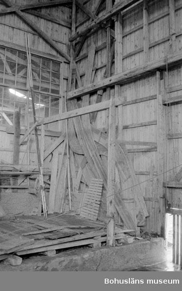 """Motivbeskrivning: """"Tommas Löfberg, interiör från båthallen (där fiskebåtar tidigare byggdes)."""" Datum: 19801008"""