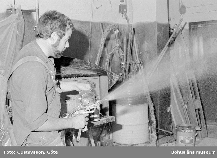 """Motivbeskrivning: """"Gullmarsvarvet AB, justering av spraymaster."""" Datum: 19801031"""