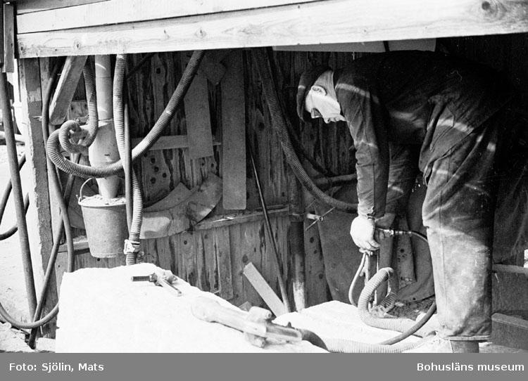 """Bohusläns samhälls- och näringsliv. 2. STENINDUSTRIN. Film: 10  Text som medföljde bilden: """"Borrar kilhål. April -77."""""""