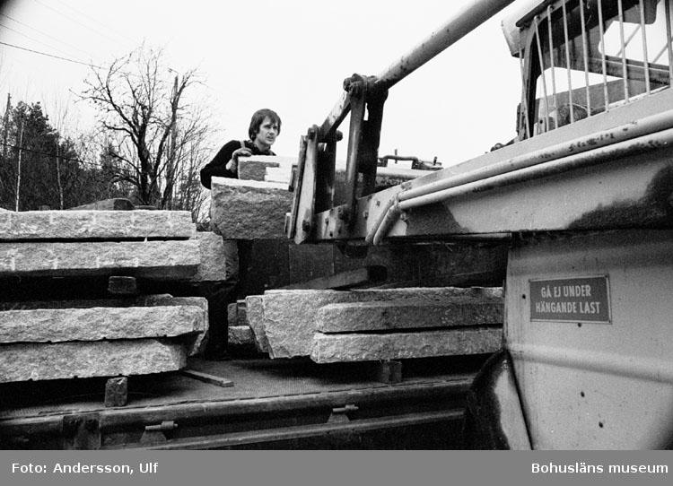 """Bohusläns samhälls- och näringsliv. 2. STENINDUSTRIN. Film: 11  Text som medföljde bilden: """"Lastning med hjullastare av kantsten. April -77."""""""
