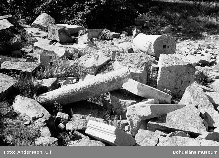 """Bohusläns samhälls- och näringsliv. 2. STENINDUSTRIN. Film: 51  """"Text som medföljde bilden: """"Rester av finhuggen sten vid f.d. polerverket, Draget""""."""