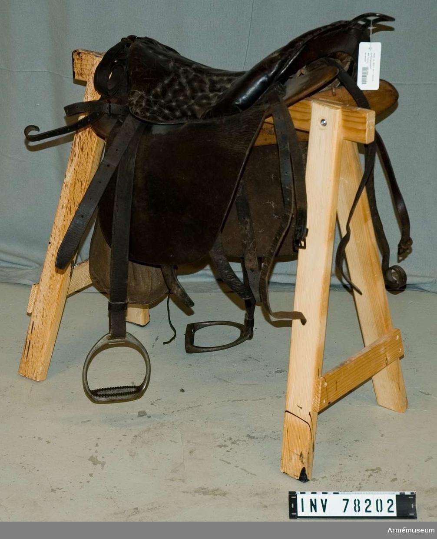 Grupp K II. Sadel fm/1872 med stoppad sitsputa av läder, sadelgjord, till utredning för vänster mellanspannhäst.