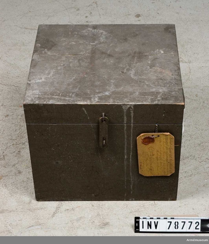 """Grupp  I III. Tilllhör utredning f 8 cm batteri m/1881. Vidhängande modellapp: """"Modell å Låda till konserver och proviant för officerare*, tillhörande utredning för 8 cm batteri m/81, fastställd att tjena till efterrättelse vid anskaffning för artilleriet. Stockholm den 20 November 1881. C. G:son Leijonhufvud Generalfälttygmästare och chef för artilleriet. *) vänd!"""" Baksidan: """"Benämningen ändrad, jemlikt Gen. Fälttygm. Exp. skrifvelse No 420 af den 12 juni 1900, till: """"Låda till proviant för officerare""""."""""""