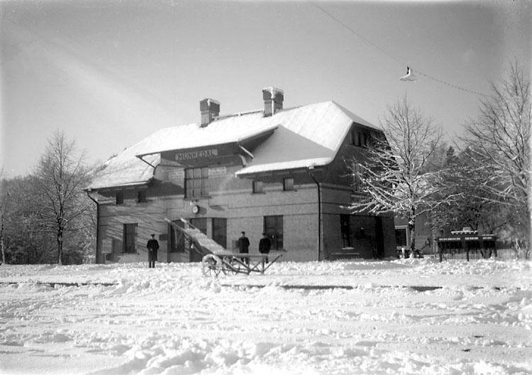 """Enligt noteringar: """"Munkedals järnvägsstation på Bohusbanan. Den är ritad av SJ:s chefsarkitekt Folke Zettervall och invigd i samband med Bohusbanans öppnande 1903."""" (BJ)"""