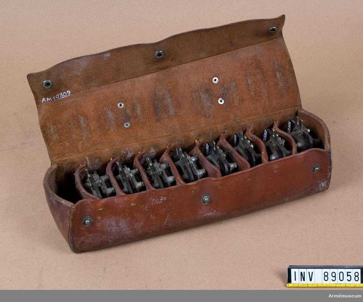 8 st kondensatorer, märkt: B.42, 1 st väska av läder till kondensatorer, märkt: I3 B.42.