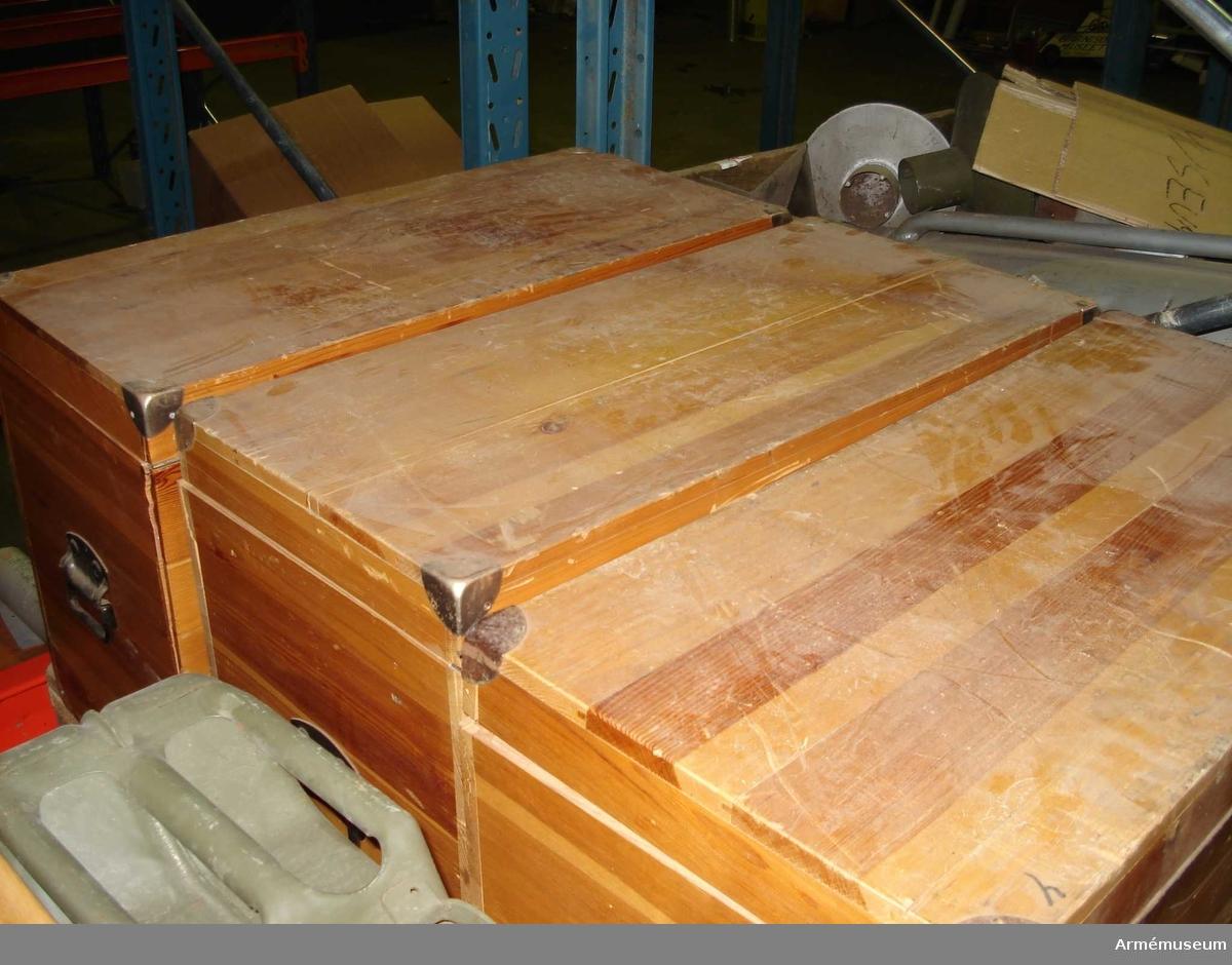 Tre lådor. Innehåller bland annat mikroskåp av hög kvalitet.