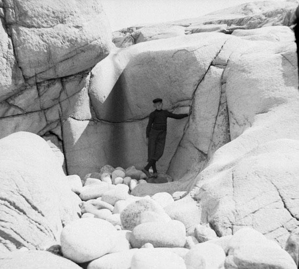 (Stereo karta VI) 19 Juli 1905 Strandgryta på S. Hålsön (Runda stenar, pojken stående).