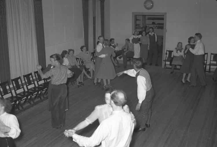 """Text till bilden: """"Danskurs. Folkdansgillet. 1949.03.29""""             i"""