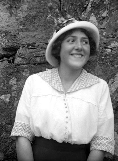 """Enligt senare noteringar: """" Ester Helgesson, taget vid Stenliderna.12/9 1915. Bättre."""""""