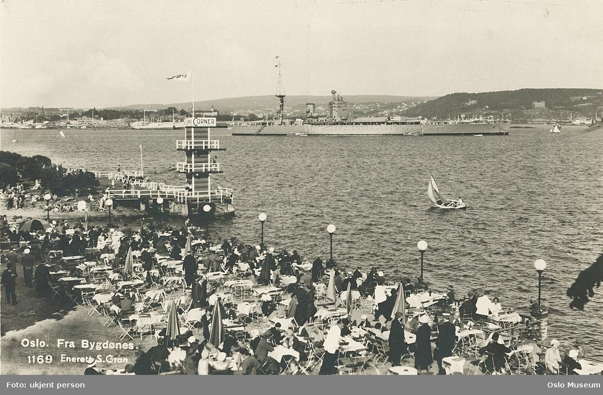 Bygdøynes bad, frilufterestaurant, badestrand, stupetårn, mennesker, badeliv, fjord, marinefartøy, britisk slagskip HMS Rodney