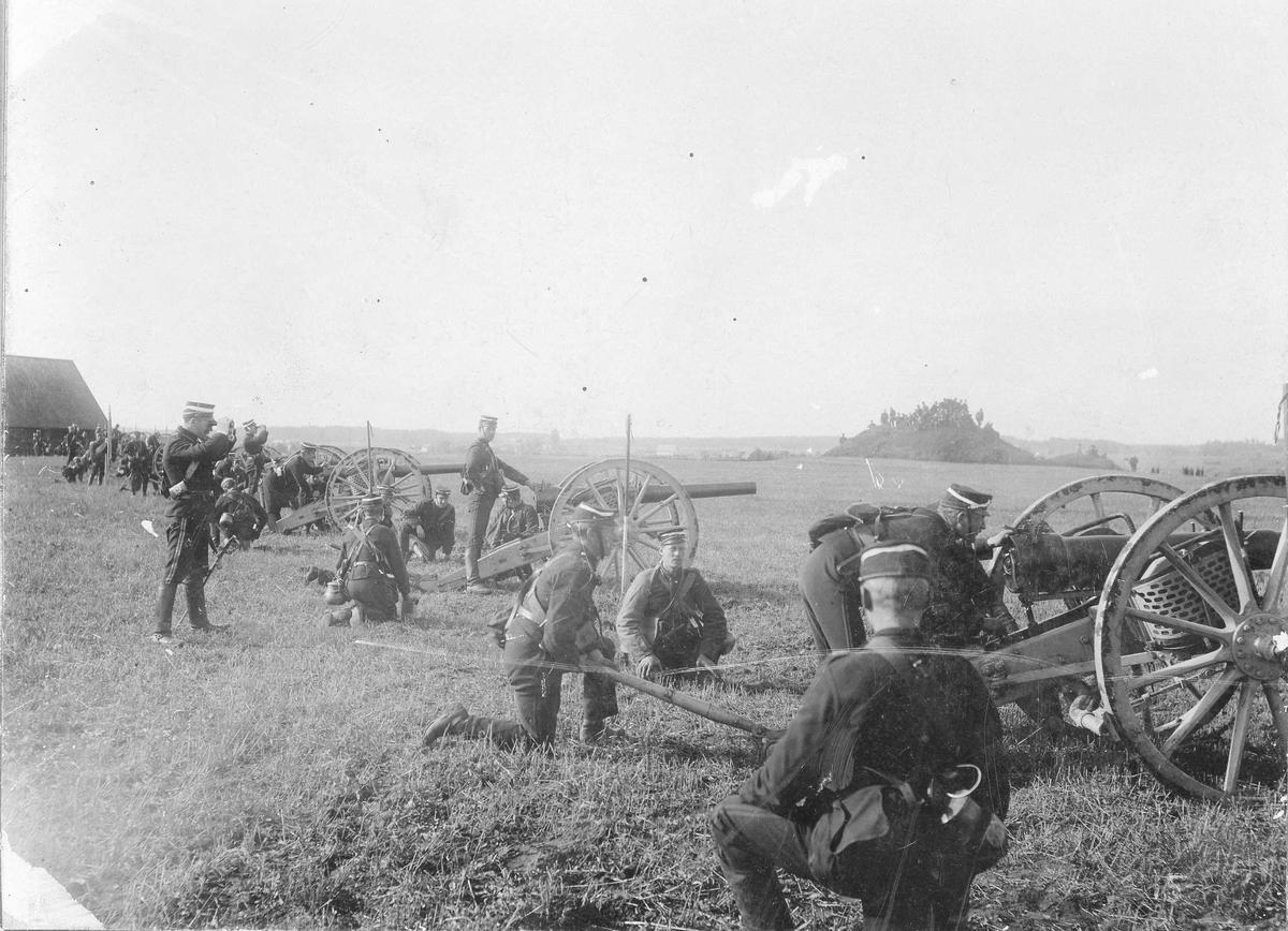 Svea artilleriregemente, A 1, uppställdt för exercis med 8, 4 cm kanoner m/1881 och m/1894. Fälttjänstövningarna i Närke 1895?