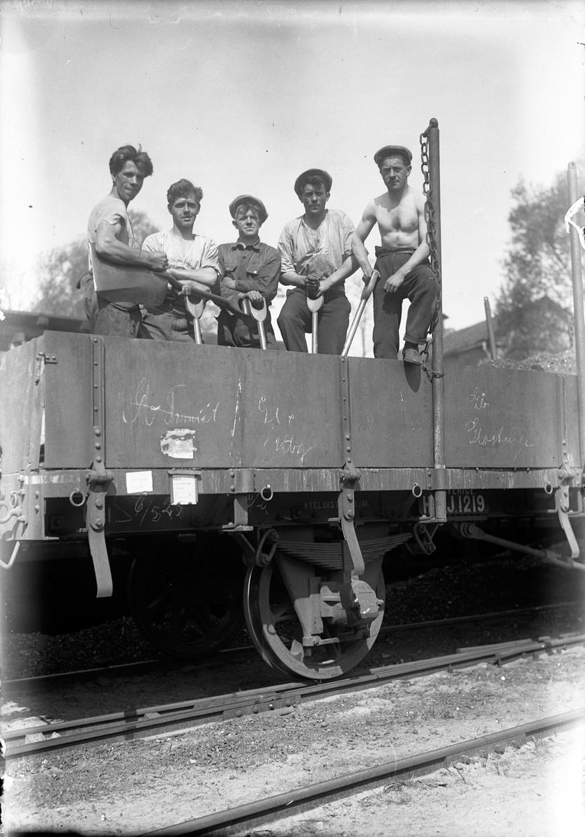 En grupp arbetare, stående i en järnvägsvagn, i Jönköping. Längst till vänster Bernhard Johansson, född 1901.