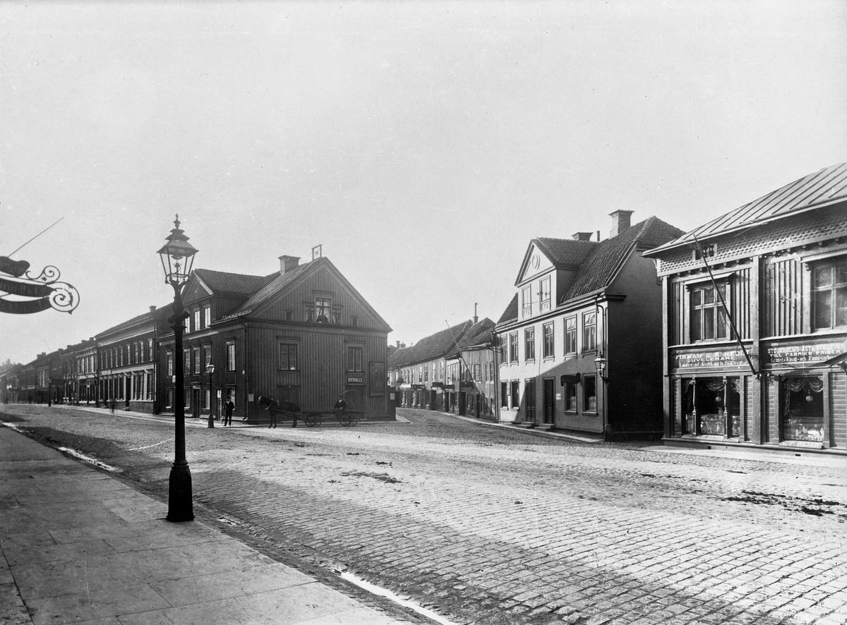 Smedjegatans mynning vid Hoppets torg och Östra Storgatan 2 och 4 i Jönköping.