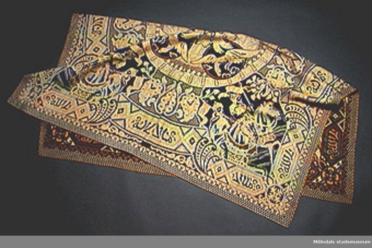 X 435Orientaliskt motiv med fåglar, ryttare, arabisk skrift och bårder. Bibliska figurer? Mycket färgrik duk. Troligen orientalisk.