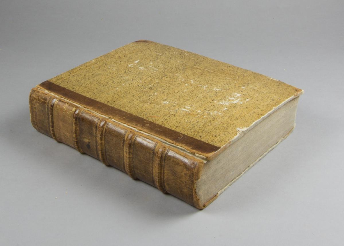"""Bok, halvfranskt band: """"Lexicon latino-svecanum. Latinsk och swensk ord-bok. På konungens befallning utgifwen af academien i Upsala. [D. 1], [A-L] """" skriven av Lindblom, J. A. (Jacob Axelsson), tryckt hos Joh. Edman och utgiven av Akademien i Uppsala 1790.  Bandet med blindpressad rygg, upphöjda bind och med ljus guldornerad  och blindpressad titeletikett. Pärmen klädd i stänkt papper. Med stänkta snitt. Pärmen med Carl-Otto von Sydows exlibirs och med signatur: """"Jnd. Sundeman"""". Försättsbladet med signatur: """"C.O. von Sydow""""."""