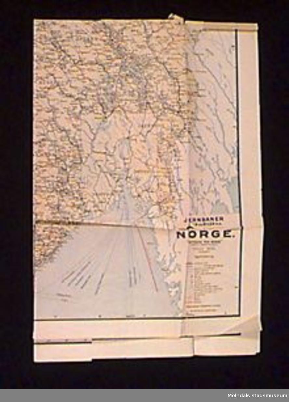"""Karta över Norge. """"JERNBANER SKIB OG BILER M.M. i NORGE. 'RUTEBOK FOR NORGE' (NORGES COMMUNICATIONER) OSLO 1933. DECEMBER."""" Färgtryck.Kartan låg i atlas MM22305."""