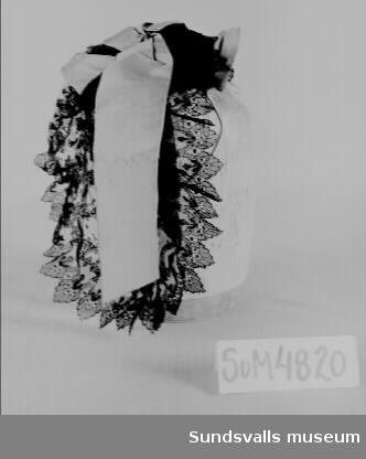 Hårklädsel med svart spets och grönt dekorband.