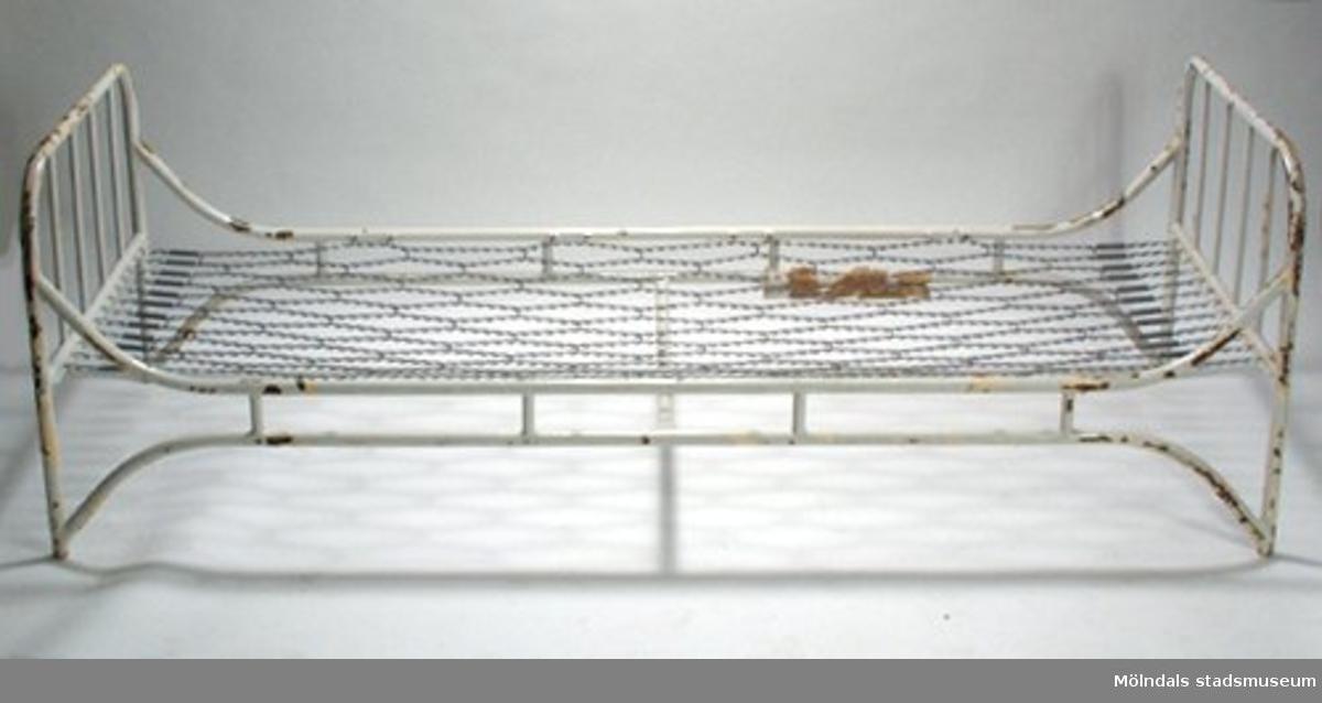 """Säng från sovsal i """"Stora skolan"""" på Stretereds skolhem.Benen var vid förvärvstillfället avsågade, har förlängts av museet.Sängen var med i utställningen """"Är du inte riktigt klok"""" på Mölndals museum 1990."""