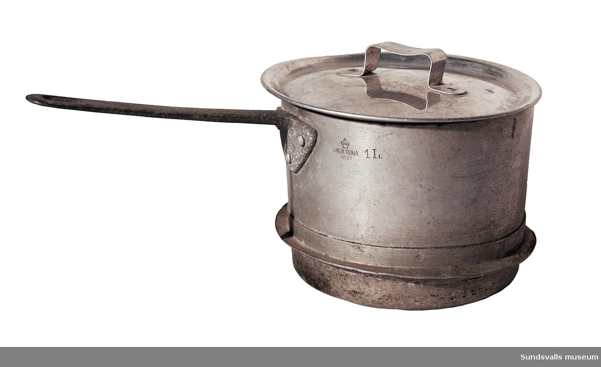 Aluminiumkastrull med lock och fläns. Rymmer 1 liter. Märkt 'SKULTUNA 1607'.