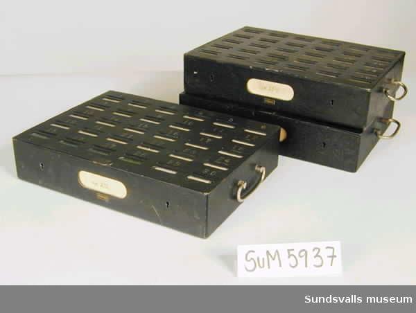 Tre stycken skolsparbössa i svartmetall med 24 st myntinkast av märket 'Herkules'. På sparbössornas ovansida finns numrerade springor för mynten. Två av sparbössorna är försedda med elevernas namn ovanför de numrerade springorna. Troligtvis använda under 1950-talet.
