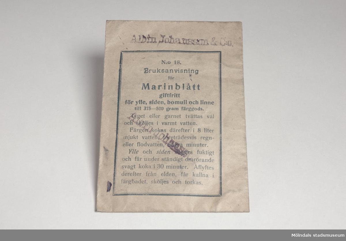 Textilfärg. Märkt: N:o 18 Marinblått med bruksanvisning.Giftfri för ylle, siden, bomull och linne.