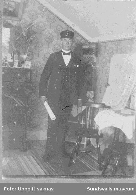 """Man i uniform (Post och telegrafverkets?). Interiör. """"Mammas morbror Andersson-Thofelt i Mossås"""""""
