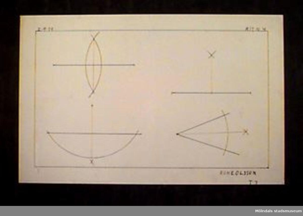 """Ritning av kurvor och linjer i röd och svart tusch. Troligen övning med passare. Längst upp till vänster står """"2-9-39"""" och längst upp till höger """"RITN.4"""". Betygssatt: """"AB"""" svagt med rödpenna längst ner till höger. Längst ner till höger också """"RUNE OLSSON"""", och under det: """"T7"""".Givaren gick hela sin skoltid i Toltorpsskolan."""