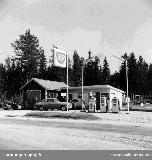 BP:s bensinstation i Kölsillre, Haverö. En volvo Amazon är på väg in.
