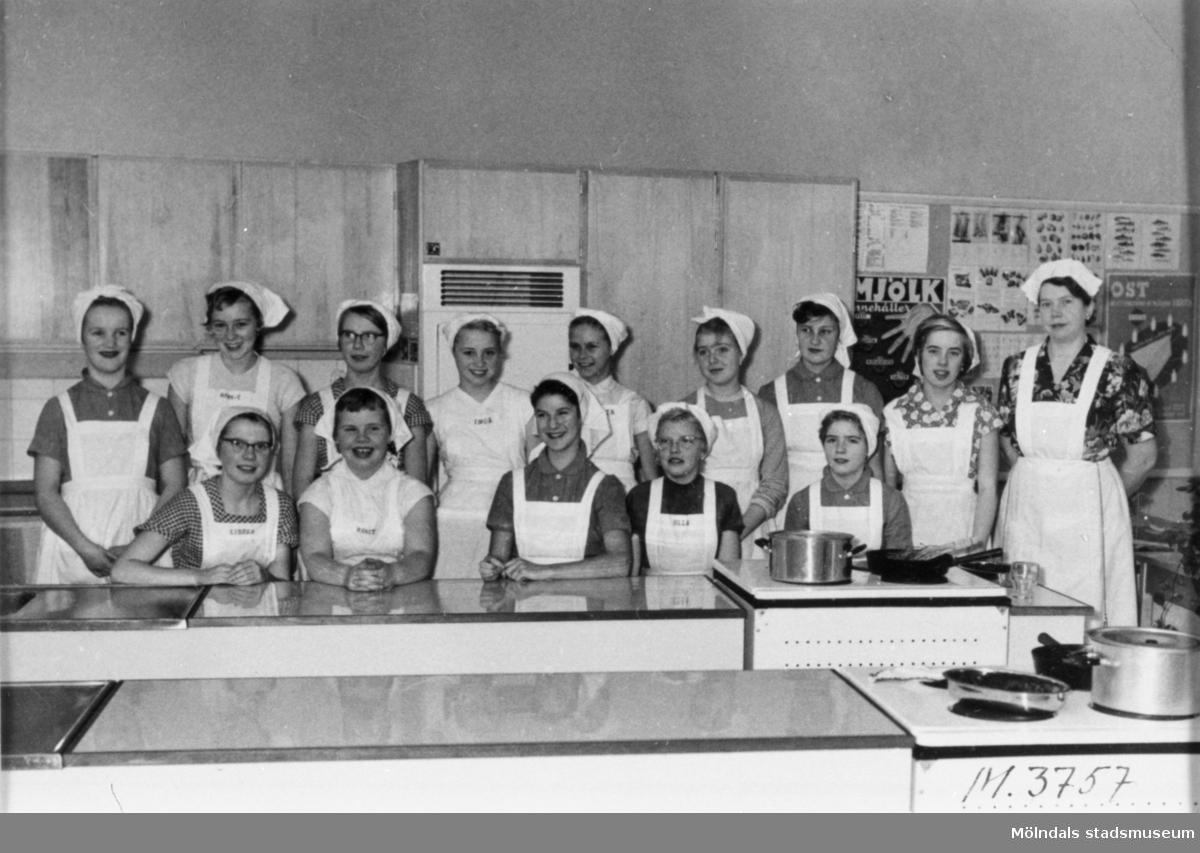 Flickor i skolkök på Sörgårdsskolan.