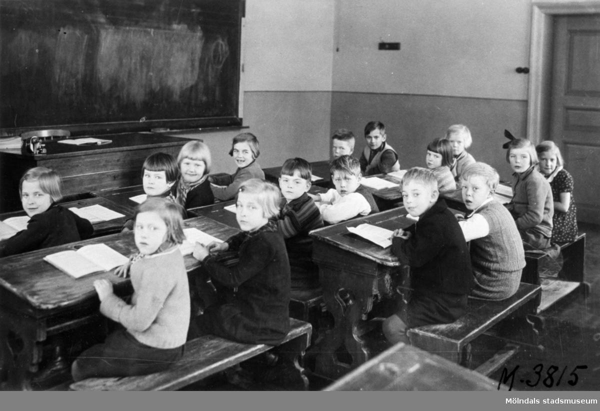 Flickor och pojkar sittande i skolbänkar i klassrummet i Grevedämmets skola. Lärare Signe Dahlqvists elever.