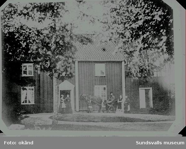 Maria Kihlbaum som barn (klappar hästen) med äldre syster. Enligt uppgift från släkting är miljön från Sjötorp.