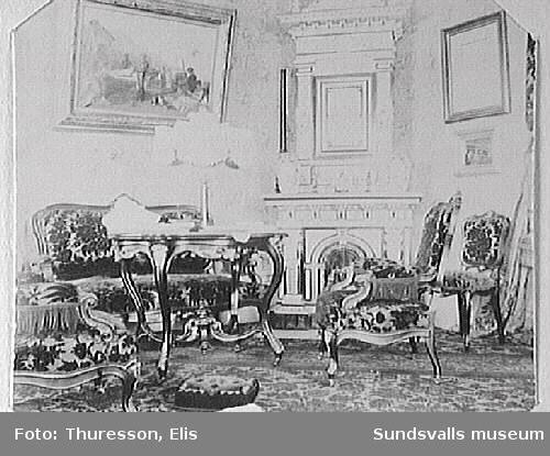 """""""Röda Salongen"""" i familjen Thuressons bostad,  kv  Rådmannen 5, Nytorget 2. På väggen sitter en målning av Bengt Nordenberg; en av de två målningar som familjen hann rädda vid stadsbranden 1888."""