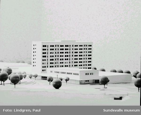 """Modell av det blivande Nacksta Centrum med tillhörande flerbostadshus, """"Blå huset"""", 1969."""