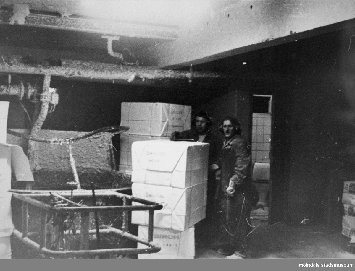 Bengt Andersson och Arne Söderqvist vid pappersbalar på Papyrus, cirka 1960- till 70-talet.