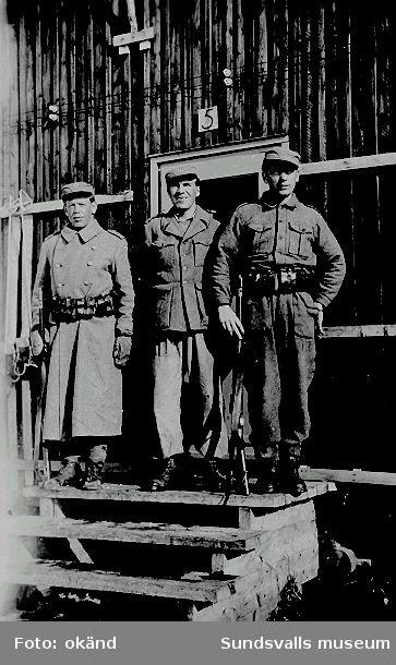 Norskt polistruppsläger, Bataljon 3. Tre soldater utanför en av manskapsbarackerna.