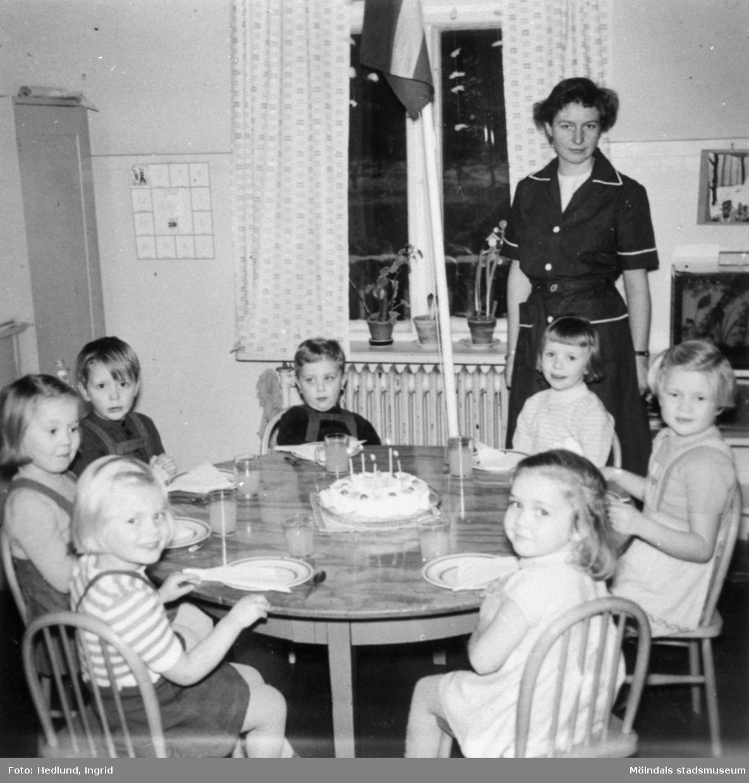 Bosgårdens barnträdgård 1938-1945. Flera barn som sitter runt ett bord med en tårta på.