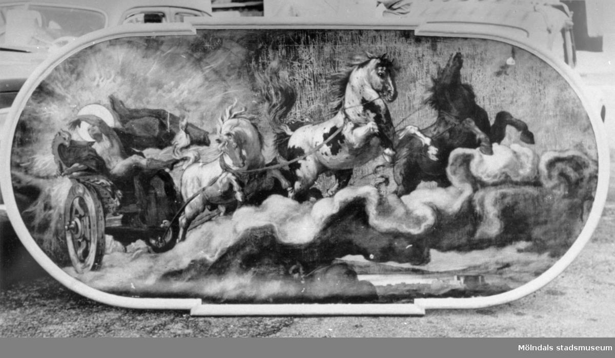 Plafond inropad av källarmästare A. Carlsson, Göteborg, på Gunneboauktion (Gunnebo slott) den 13 april 1949 på Göteborgs auktionskammare för 500 kr. Ägare 1961: Per Åkermark och George Adlivankin (?), direktörer för Hotel Carlia, Uddevalla.